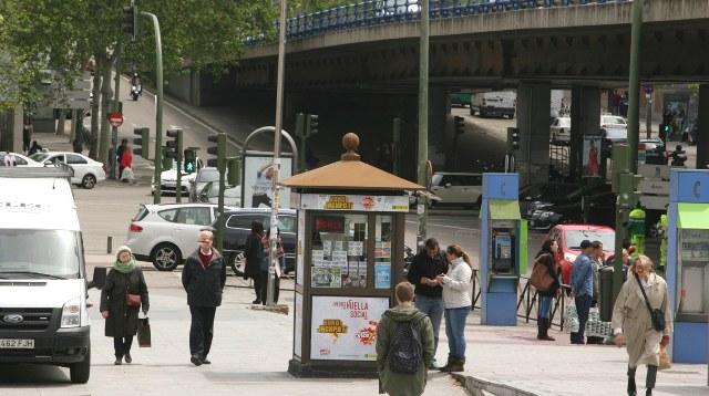 Kiosco de la ONCE en una zona urbana concurrida
