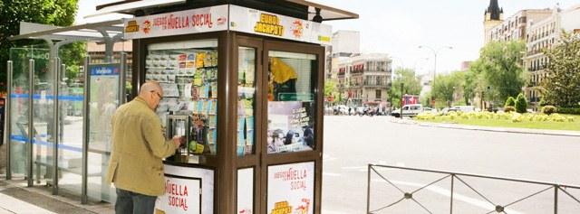 "Kiosco de la ONCE donde se lee el lema ""huella social"""