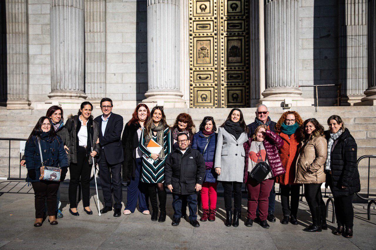 La diputada de Ciudadanos Sara Giménez con los miembros de la FCM ante el Congreso de los Diputados