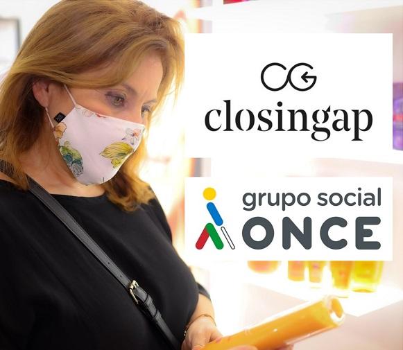 Mujer realizando una compra junto a los logos de Closingap y Grupo Social ONCE