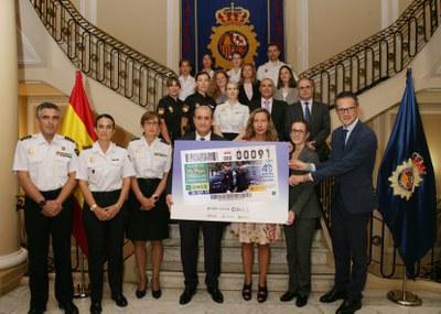 Foto de familia de la presentación del cupón que la ONCE dedica a los 40 años de la incorporación de la mujer a la Policía Nacional