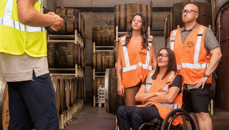 Mujer trabajadora con discapacidad junto a sus compañeros