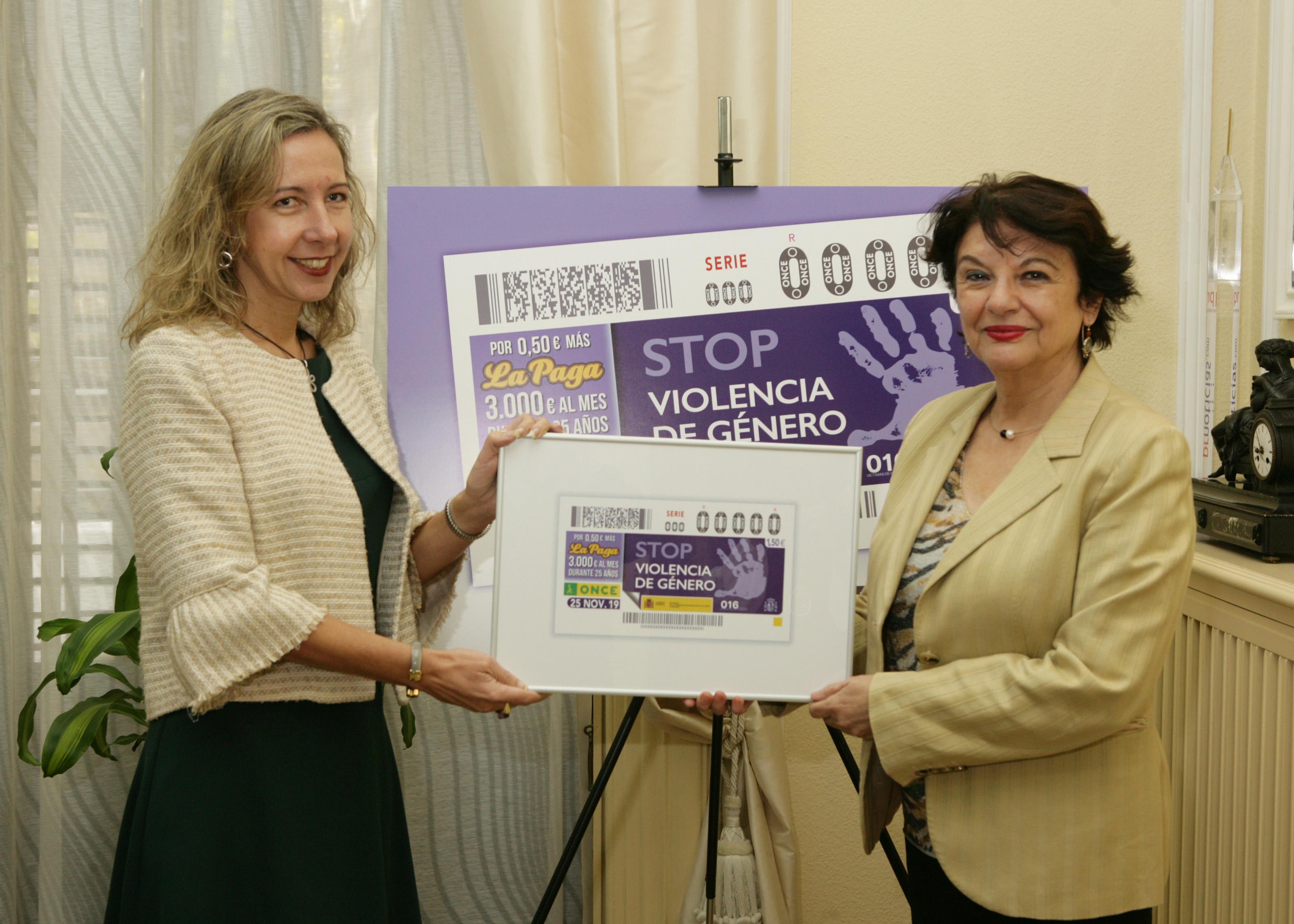 Patricia Sanz y Soledad Murillo con el cupón contra la violencia