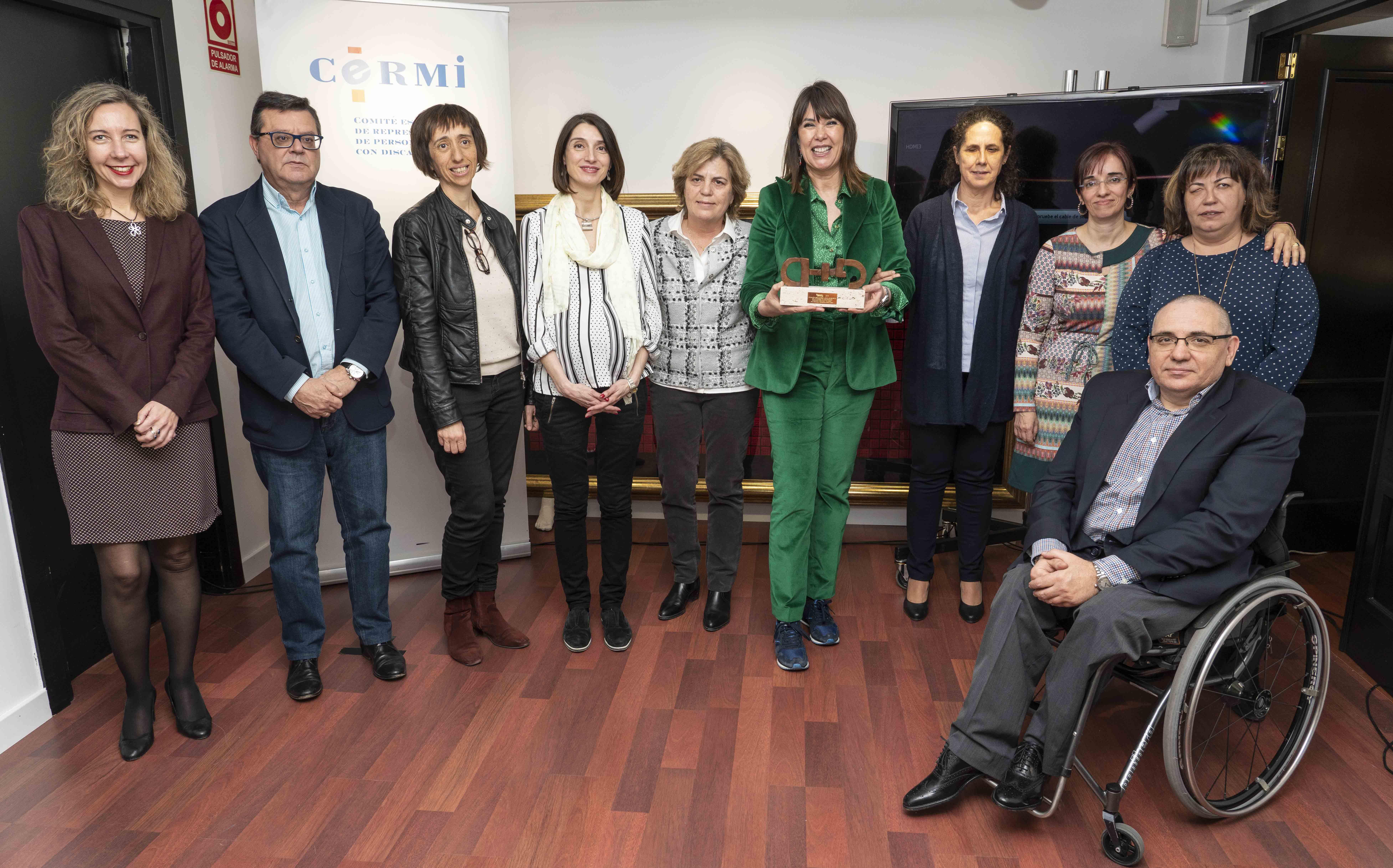 Mabel Lozano muestra su premio junto a las responsables del CERMI y del Grupo Social ONCE