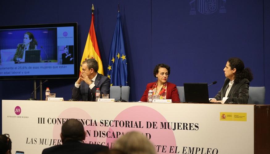 De izda a dcha, José Luis Rodríguez Zapatero, Magdalena Valerio y Ana Peláez en la mesa inaugural de la conferencia