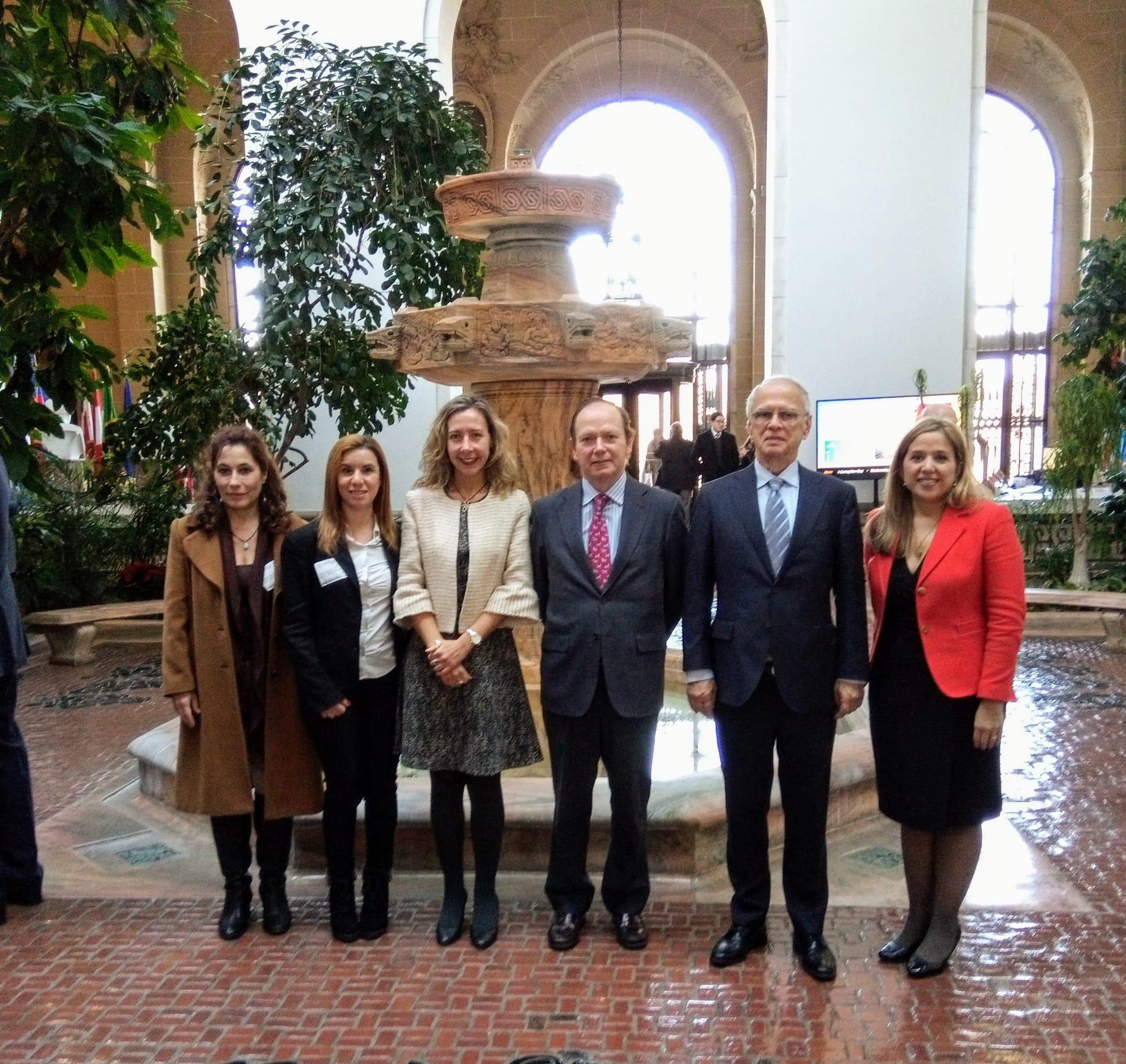 Delegación española encabezada por Patricia Sanz, en el centro de la imagen, junto al embajador permanente de España ante la OEA, Cristobal Ramón Valdés