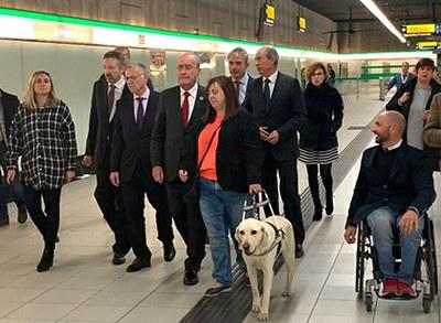 Afiliados de la ONCE visitan el Metro de Málaga junto a responsables de la Organización y el alcalde de la ciudad