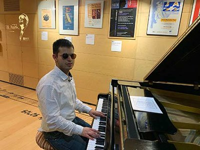 Adrián Rincón sentado al piano de Tete Montoliú