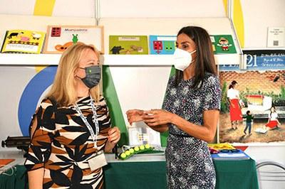Doña Letizia, dentro de la caseta de la ONCE, junto a Carmen Bayarri, directora del SBO