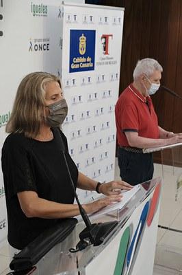 Dos afiliados de la ONCE leen en braille poemas de Tomás Morales
