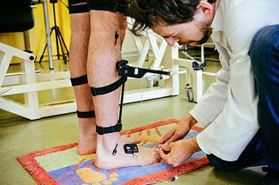 Juan Andrés Martín, colocando sensores para realizar una prueba