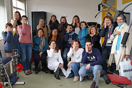 Las dos profesoras,  con Servando Castelló (en el centro de la imagen) y otros pacientes hacen signo de la invisibilidad de estos enfermos