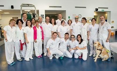 Los alumos de la Escuela de Fisioterapia de la ONCE, junto a personal del hospital