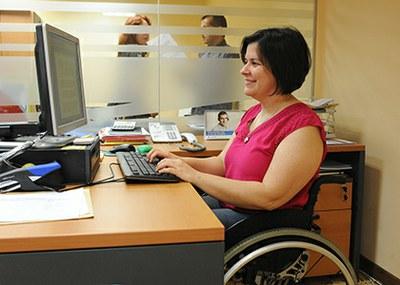 Una trabajadora de Fundación ONCE