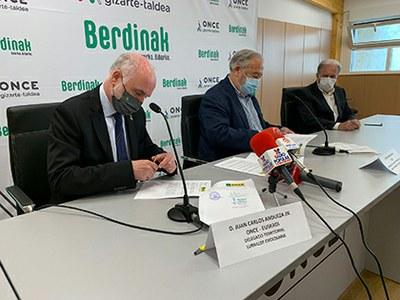 Juan Carlos Andueza, delegado territorial de la ONCE en Euskadi, firma el acuerdo