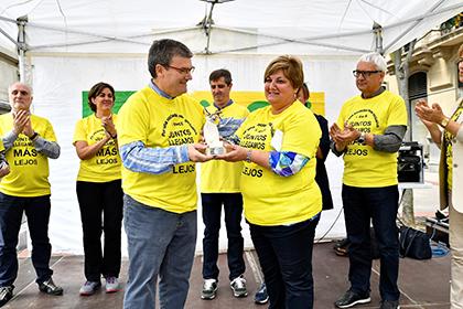 El alcalde de Bilbao entrega el Cascabel de Oro a la responsable de APNABI-Autismo Bizkaia