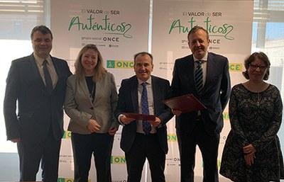 Foto de familia de la firma del acuerdo entre ONCE y la Consejería de Políticas Sociales, Familia, Igualdad y Natalidad