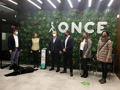 Foto de familia durante la visita a la sede de la ONCE en Ávila