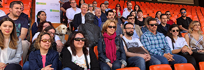 Los jóvenes, junto a responsables de la ONCE, en la grada del Estadio de Mestalla