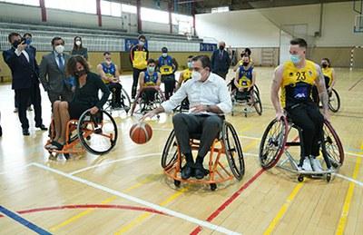 Schinas juega al baloncesto en silla de ruedas con miembros del CD Ilunion