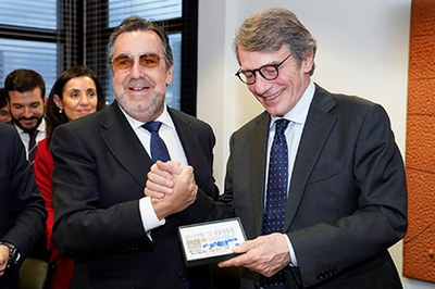 Carballeda entrega a Sassoli una copia enmarcada de uno de los cupones que la ONCE dedicó a Europa