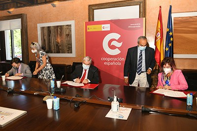 Firma del acuerdo entre el Grupo Social ONCE y AECID