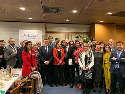 La delegación del Grupo Social ONCE, junto a varios europarlamentarios, entre ellos Josep Borrell