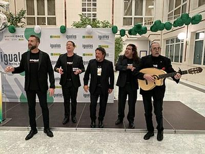 Cantores de Híspalis cantan tras la presentación del cupón que protagonizan