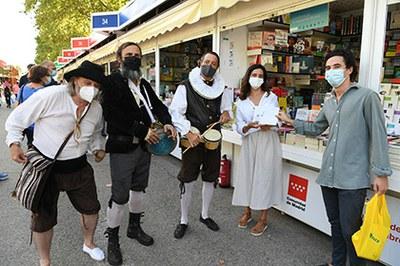 Actores ciegos del grupo de teatro La Luciérnaga de la ONCE obsequian a libreros y libreras con un cupón dedicado a la Feria del Libro