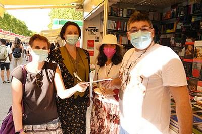 Actrices ciegas del grupo de teatro La Luciérnaga de la ONCE obsequian a libreros y libreras con el cupón dedicado a la Feria