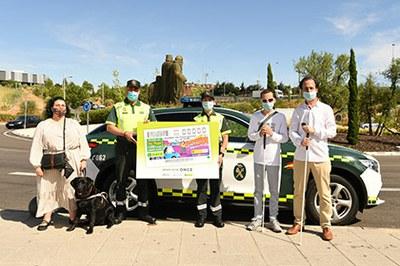 Dos agentes de la Guardia Civil y tres afiliados de la ONCE posan con la imagen de uno de los cupones dedicados a la DGT