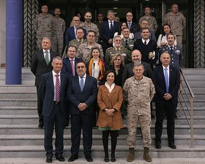 Foto de familia de la presentación del cupón dedicado al 30 aniversario de las operaciones del Ejército español para el mantenimiento de la paz
