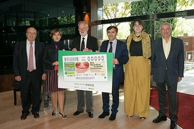 Foto de familia de la presentación del cupón dedicado al Día del Legado Solidario