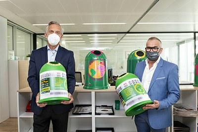 José Manuel Núñez-Lagos y Jorge Íniguez Villanueva con miniglús de reciclado con la imagen del cupón de Ecovidrio