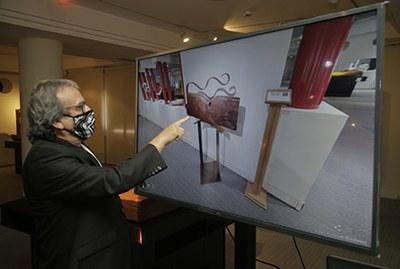 El escultor Teo Calvo disfruta de una visita virtual de su exposición en el Museo Tiflológico