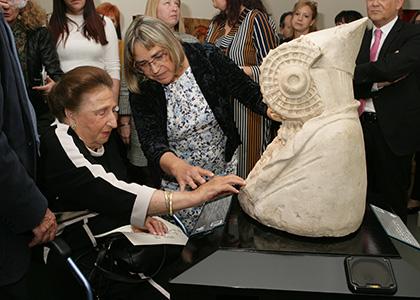 La Infanta Margarita toca la maqueta de la Dama de Elche en el Museo Tiflológico