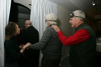 Visitantes entran en la sala de exposiciones provistos de antifaces