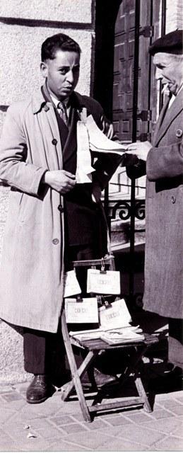 Joven vendedor de los primeros tiempos de la ONCE (B/N)