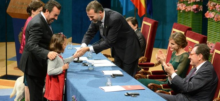 Miguel Carballeda recoge el Premio P´rincipe de Asturias, acompañado de Cristina Luccehe y la pequeña Liv Parlee