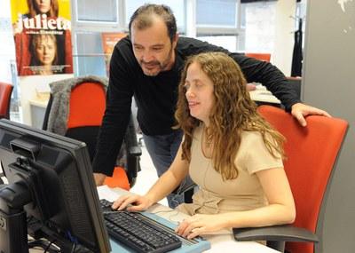 Una chica afiliada en su puesto de trabajo utilizando sus adaptaciones