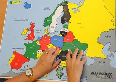 Una persona ciega reconoce al tacto un mapa de Europa accesible