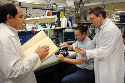 Varios trabajadores del Cidat realizan varias pruebas en investigación