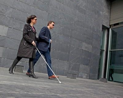 Un hombre acompaña a un mujer ciega