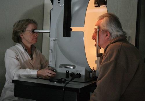 Un señor durante una revisión oftalmológica con una especialista