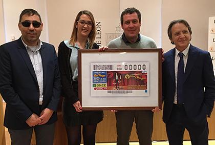 Foto de familia de la presentación del cupón dedicado al festival de Magia de León