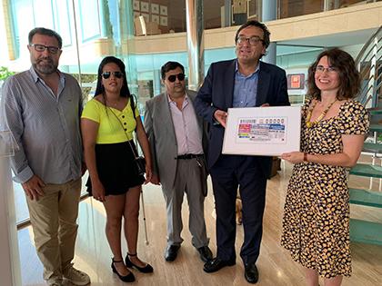 José Vilaseca y Cristina Martín con una lámina enmacada del cupón de la ONCE dedicado al 125 aniversario de Diario de Ibiza