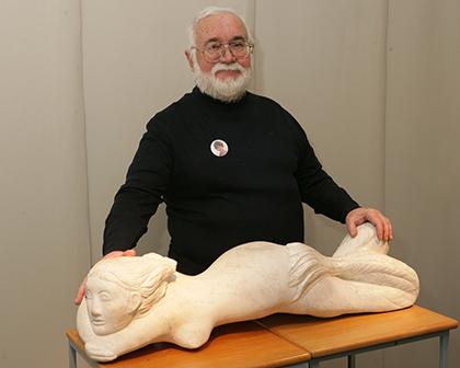 Enrique Cabildo, con Sirena en reposo, una de las obras que expone en el Museo Tiflológico
