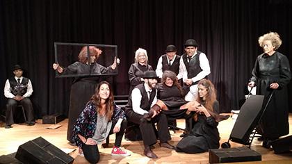 Actores y actrices de Homero, durante una representación