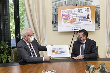 Ángel Sánchez Cánovas ha entregado a Galo Gutiérrez Monzonís una copia enmarcada del cupón del 18 de mayo