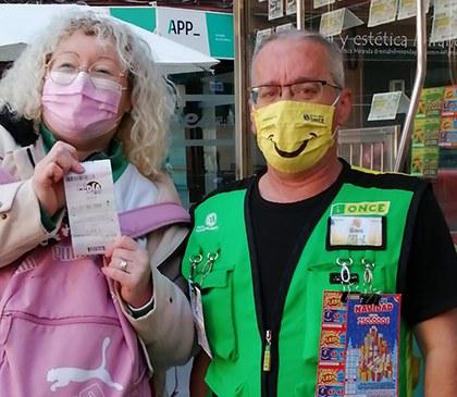 Ginés, vendedor de la ONCE, con la premiada en el juego 'Mi Día' en Almería